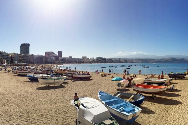 beliebter Strand in Las Palmas, Spanien - Playa  de las Canteras