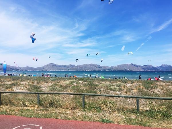 Kitesurfer an der Bucht von Pollenca bei Alcudia